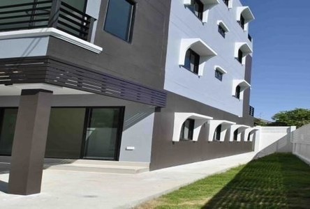 For Sale 5 Beds Townhouse in Phra Khanong, Bangkok, Thailand
