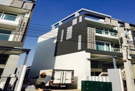 For Sale or Rent 3 Beds House in Huai Khwang, Bangkok, Thailand