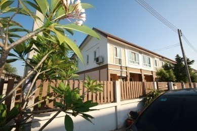 For Sale or Rent 3 Beds タウンハウス in Sam Phran, Nakhon Pathom, Thailand | Ref. TH-GLQBZUQZ