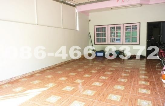 For Sale 3 Beds Townhouse in Mueang Samut Prakan, Samut Prakan, Thailand | Ref. TH-IQSOUYYR