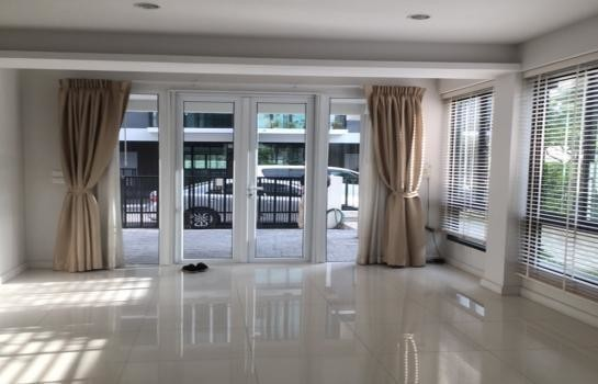 For Sale or Rent 3 Beds Townhouse in Khlong Toei, Bangkok, Thailand | Ref. TH-TCZPRNKZ