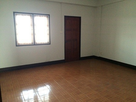 Продажа: Шопхаус с 4 спальнями в районе San Sai, Chiang Mai, Таиланд | Ref. TH-EMZORANE