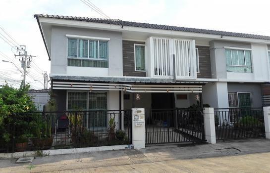 For Sale 3 Beds Townhouse in Mueang Samut Prakan, Samut Prakan, Thailand | Ref. TH-ZGLEGQRG