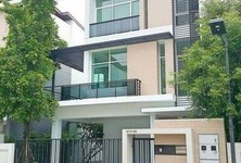For Sale 3 Beds タウンハウス in Pathum Wan, Bangkok, Thailand