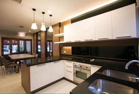 For Sale or Rent 4 Beds タウンハウス in Watthana, Bangkok, Thailand