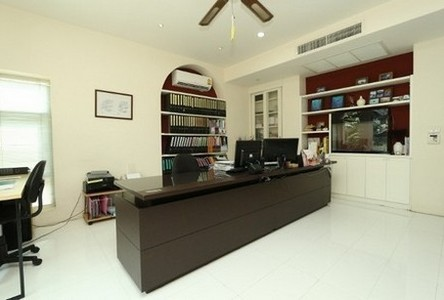 For Rent 2 Beds Townhouse in Huai Khwang, Bangkok, Thailand