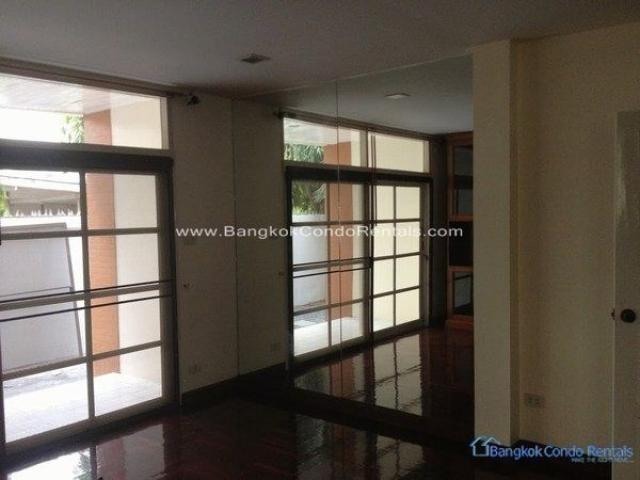 For Rent 4 Beds 一戸建て in Huai Khwang, Bangkok, Thailand | Ref. TH-LMAEVTPD