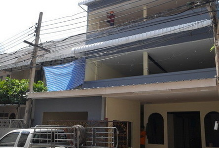 For Sale 3 Beds Townhouse in Khlong Toei, Bangkok, Thailand