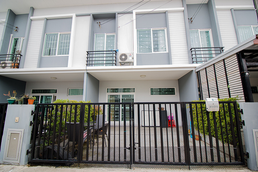 For Sale 3 Beds Townhouse in Don Mueang, Bangkok, Thailand | Ref. TH-TBKYFKFW