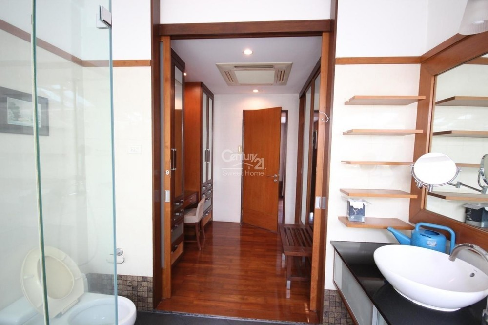 For Sale 3 Beds Townhouse in Khlong Toei, Bangkok, Thailand | Ref. TH-FNEDZGLE