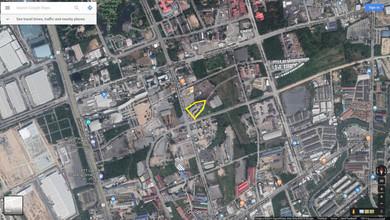 ตั้งอยู่บริเวณพื้นที่เดียวกัน - ศรีราชา ชลบุรี