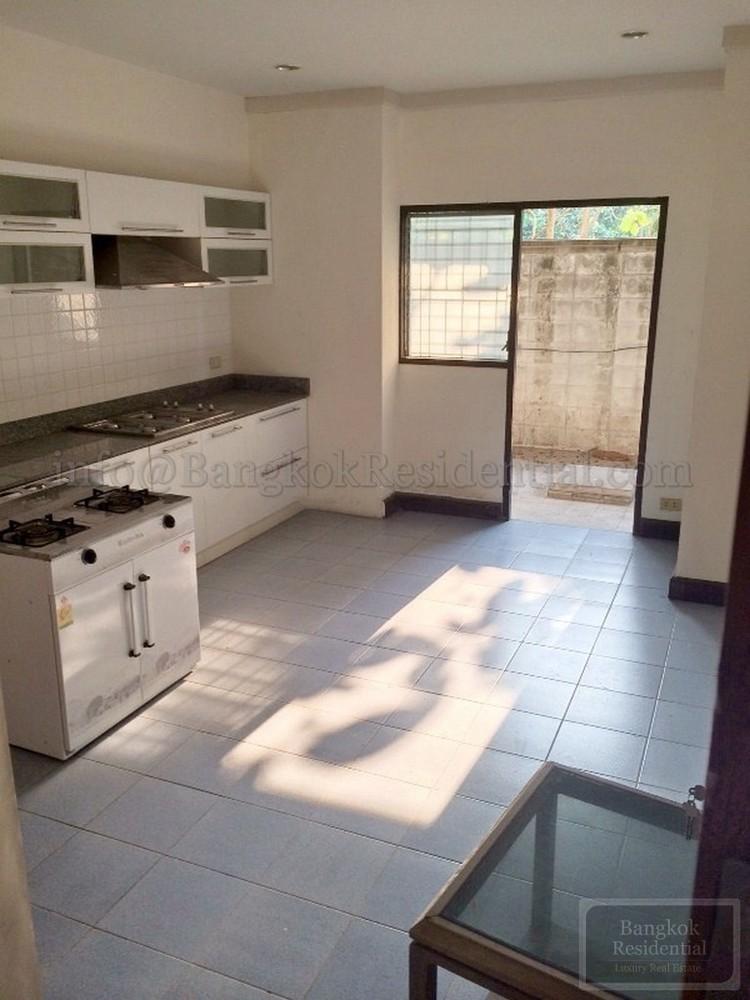 For Rent 6 Beds タウンハウス in Sathon, Bangkok, Thailand | Ref. TH-OZWXDLZG
