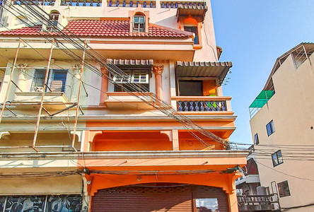 For Rent 5 Beds Shophouse in Mueang Chiang Mai, Chiang Mai, Thailand