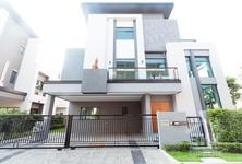 Продажа или аренда: Дом с 4 спальнями в районе Phra Khanong, Bangkok, Таиланд