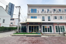 For Rent 4 Beds Shophouse in Mueang Chiang Mai, Chiang Mai, Thailand