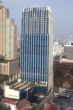 В том же здании - The Royal Maneeya